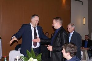 Der Bürgermeister von Tecklenburg, Stefan Streit, gratuliert Björn Schilling zum Wahlerfolg.